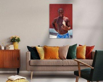 Fier garçon cubain avec son oiseau chanteur