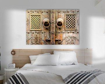 Macro versiering op een houten Arabische deur in Tunesië van Dieter Walther