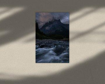 Één van de mooie bergen in Cirque du Fer a Cheval met in de voorgrond een rivier. van Jos Pannekoek