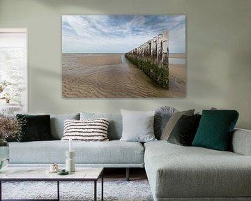 Golfbrekers op het strand in Zeeland van Marjolijn van den Berg