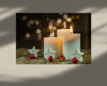 Drie feestelijk brandende kerstkaarsen van Alex Winter