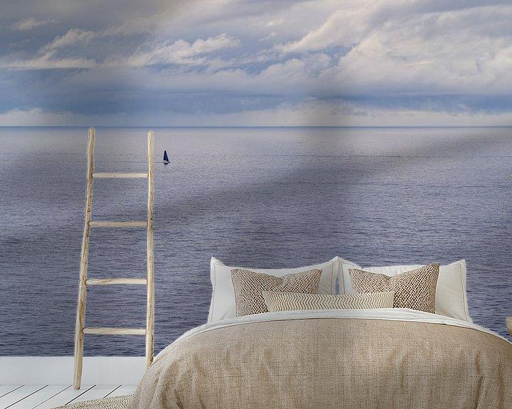 Sfeerimpressie behang: Zeilboot, alleen op zee van Martijn Joosse