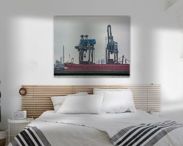 Zeeschepen in de haven Rotterdam met hun zware vrachten. van scheepskijkerhavenfotografie