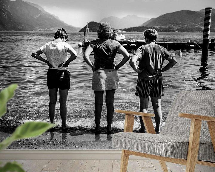 Sfeerimpressie behang: Fine art zwart-wit foto van drie vrouwen met handen in de zij uitkijkend over een meer in Italië van Monique Tekstra-van Lochem