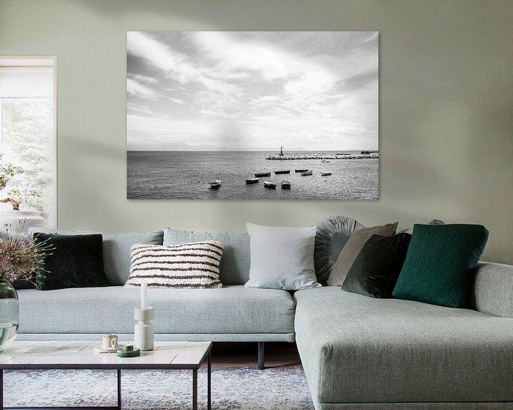 Sfeerimpressie: Boten en vuurtoren in haven van Napels, Italië    Zwart-wit   Reisfotografie art print van Monique Tekstra-van Lochem