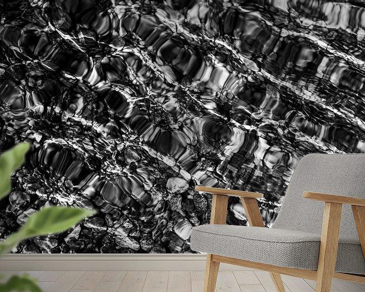 Sfeerimpressie behang: Glinstering van zon en kiezelstenen in het water | Zwart-wit | Natuurfotografie | Reisfotografie fin van Monique Tekstra-van Lochem