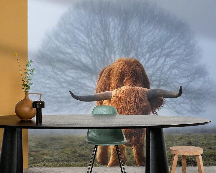 Sfeerimpressie behang: Hooglander koe in de mist met boom van Arjan Almekinders