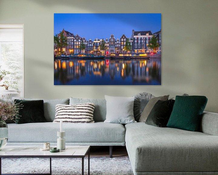 Beispiel: Amsterdamer Gracht bei Nacht mit gelbem Hausboot von Arjan Almekinders