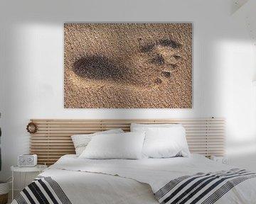 Voetafdruk in nat zand van Harrie Muis