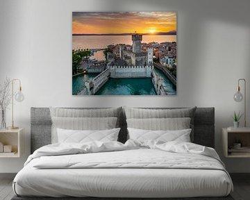 Zonsondergang in Sirmione, Gardameer, Italië van Michael Abid