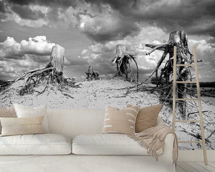 Sfeerimpressie behang: Dode stronken op zandduin van Fotografie Arthur van Leeuwen