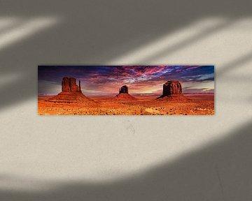 Panorama mesa monolieten in Monument Valley in tah USA met wolken en zonsondergang van Dieter Walther