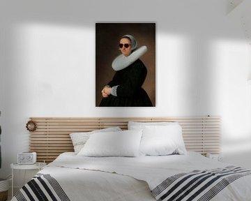 Portret van Adriana Croes, Johannes  Cornelisz. Geschilderd door Verspronck met zonnebril van Maarten Knops