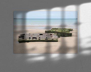 Pontons op het strand bij Arromanches, Frankrijk. van Christa Stroo fotografie