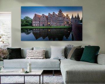 Historische Zoutopslag (Salzspeicher) met Holstenpoort (Holstentor) in Lübeck