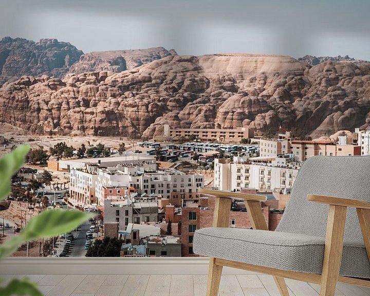 Sfeerimpressie behang: Stad in Jordanië naast Petra van Dayenne van Peperstraten
