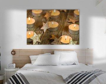 Kerst- en adventkaarsverlichting en gouden stervormige decoratie op hout van Alex Winter