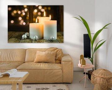 Kerstmis of Adventskaarsen op houten lijst voor de achtergrond van vensterlichten van Alex Winter