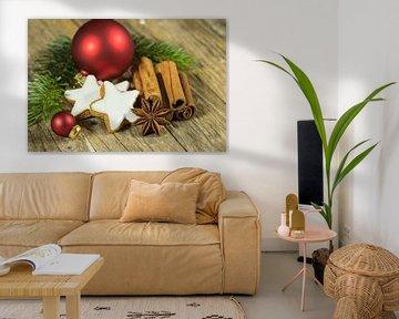 Kerststilleven met sterrenkoekje, specerijen en ornamenten op houten tafel van Alex Winter