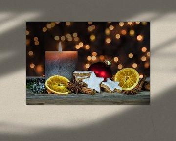 Kerstversiering met kaarsvlam, wazige lichte achtergrond van Alex Winter