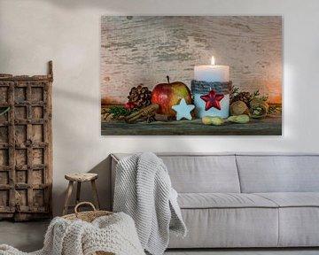 Advent en kerstversiering met kaars, ornament en voedsel van Alex Winter