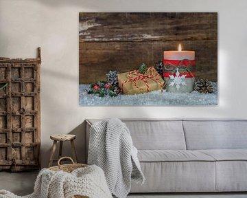 Feestelijke kerstversiering met geschenk op sneeuw van Alex Winter