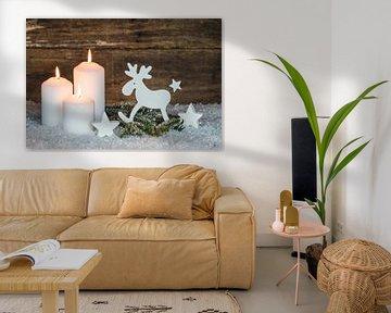 Kerstmis achtergronddecoratie met kaarslicht, rendieren, sneeuw, sparrentakken van Alex Winter