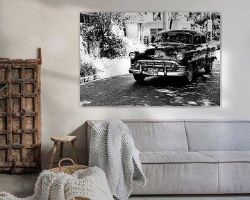 Cubaanse auto met kenteken BDL 575 in het straatbeeld (zwart wit)