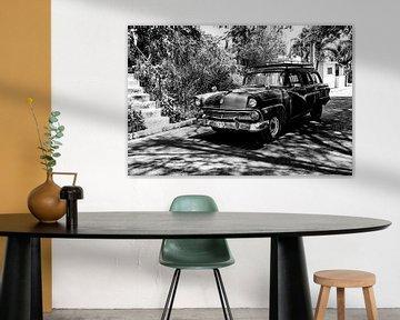 Cubaanse auto met kenteken VDL 719 in het straatbeeld (zwart wit) van 2BHAPPY4EVER.com photography & digital art