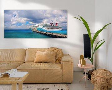 Grote cruiseschepen meren aan in de toeristische Mexicaanse haven. van Yevgen Belich