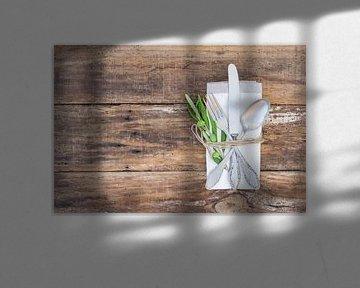Mediterrane tafel setting met bestek, servet op olijven tak decoratie van Alex Winter