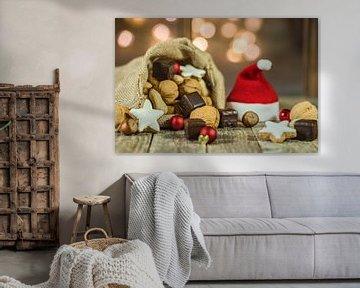Sac et chapeau du Père Noël avec noix, biscuits et lumières scintillantes en arrière-plan sur Alex Winter