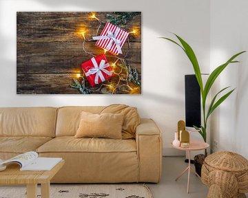 Kerstgeschenken met licht en dennentakken decoratie van Alex Winter