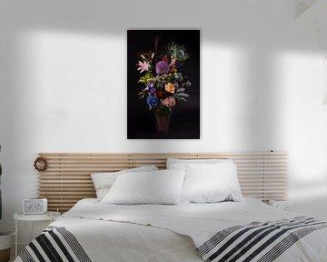 Een rustgevend boeket bloemen met 2 pauwenveren