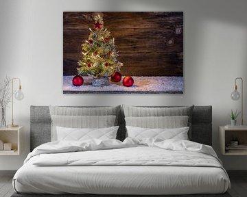 Besneeuwde kerstboom met lichtjes, rode kerstballen, dennenappel, sneeuw en decoratie in de vorm van van Alex Winter