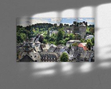 Uitzicht op de oude stad van Monschau in de Duitse Eifel van Cor Brugman