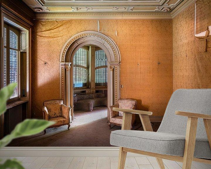 Sfeerimpressie behang: Stoelen in Verlaten Villa. van Roman Robroek