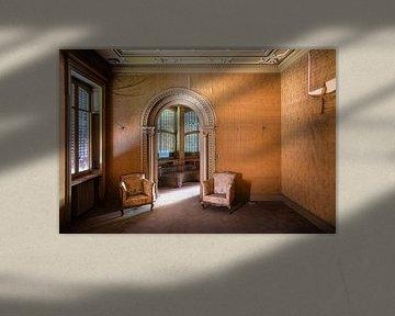 Stühle in verlassener Villa. von Roman Robroek