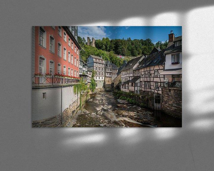 Impression: La Ruhr coule paisiblement devant les maisons à colombages de Monschau. sur Jeroen de Jongh
