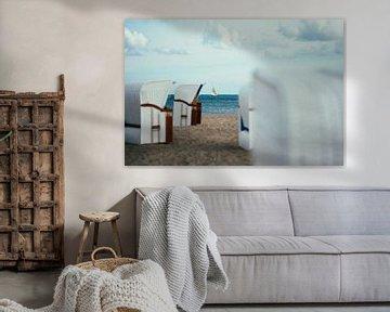 Segelboot an der Ostsee durch Strandkörbe fotografiert von Shanti Hesse
