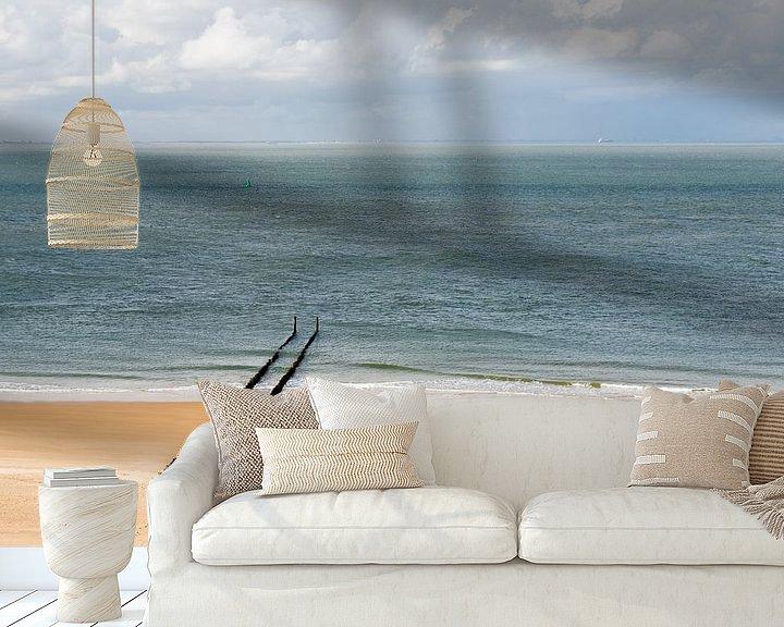 Sfeerimpressie behang: Een verlaten strand bij Zoutelande met een rij golfbrekers van Kim Willems