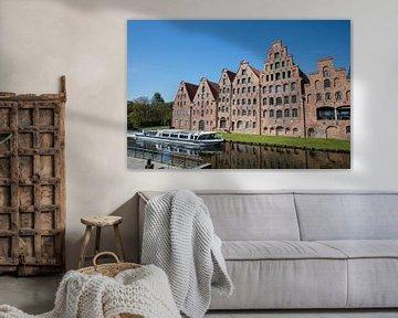 Pakhuizen met rondvaartboot in oude stad  Lübeck in Duitsland van Joost Adriaanse