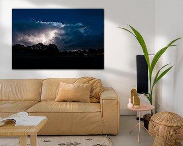 Opwaartse bliksems vanuit een onweerswolk van Menno van der Haven