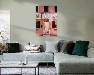 Roze huis in Burano   Italië van Anne Verhees