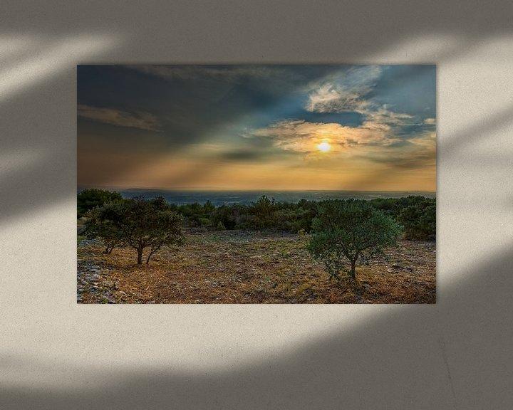 Sfeerimpressie: Einde van een bewolkte dag in de Provence in Frankrijk van Jacques Jullens