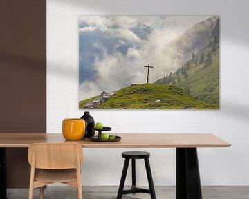 Croix dans un paysage alpin brumeux