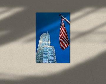 Trump Tower in Chicago USA met blauwe hemel en Amerikaanse vlag van Dieter Walther