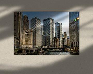 Gevel van wolkenkrabber aan de Chicago rivier in Chicago Illinois USA van Dieter Walther