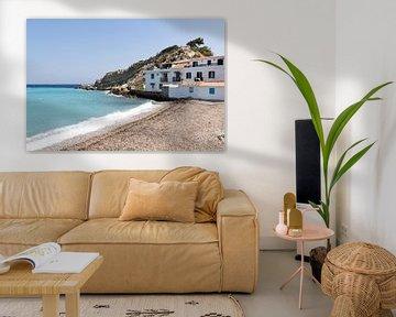 Huis in Kokkari op Samos, aan de kust in Griekenland van Monique Giling