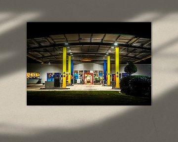 Benzinestation bij nacht van Norbert Sülzner